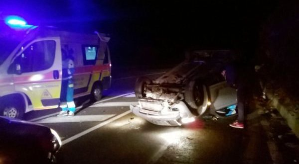 incidente-notte-auto-ribaltata
